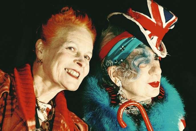 A 71 ans, la créatrice Vivienne Westwood (à gauche) n'a pas renoncé à sa nature punk. A ses côtés, une autre mamie de charme, la journaliste de mode Anna Piaggi, disparue en août dernier à 81 ans.