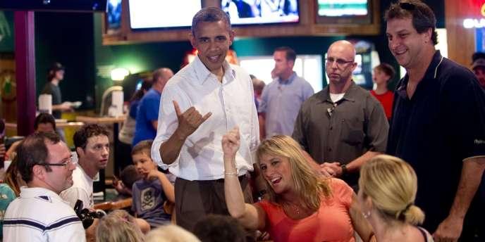 Barack Obama adressant un signe de reconnaissance à un enfant, à Orlando, le 8 septembre 2012.