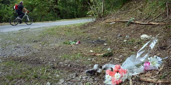 Un cycliste passe devant l'endroit de la tuerie, le 8 septembre 2012.