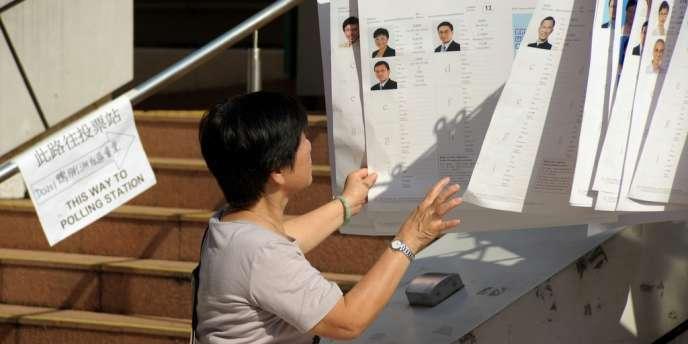 Pour la première fois depuis le retour de Hong Kong à la Chine en 1997, plus de la moitié des membres du Conseil législatif, désigné pour quatre ans, est élue au suffrage direct.