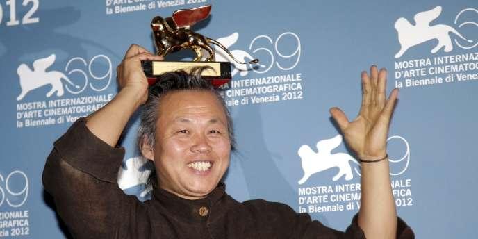 Le réalisateur sud-coréen Kim Ki-duk avec le Lion d'or du meilleur film pour