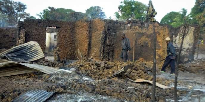Maisons brûlées lors d'affrontements dans un village du delta de la rivière Tana, le 7 septembre 2012.