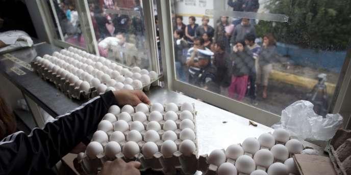 Des dizaines de Mexicains font la queue devant un vendeur d'oeufs subventionnés par l'Etat, à Mexico, le 24 août.