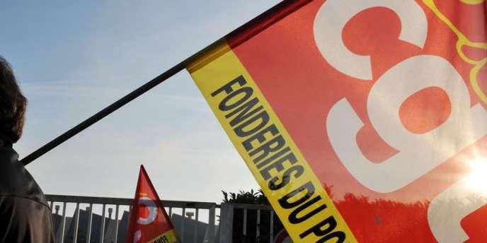 Salariés en grève devant une fonderie.