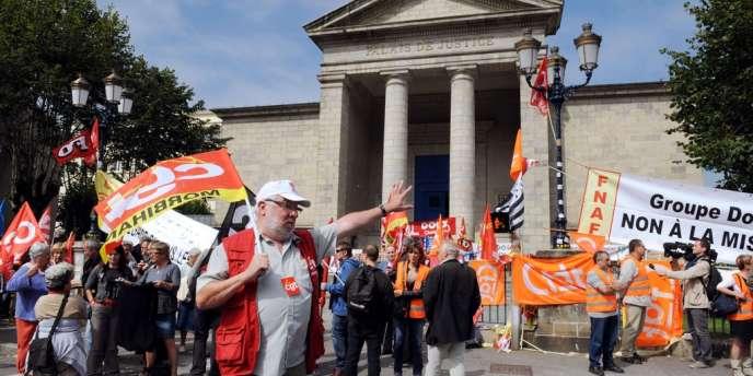 Manifestation d'employés de Doux devant le tribunal de Quimper, le 5 septembre.