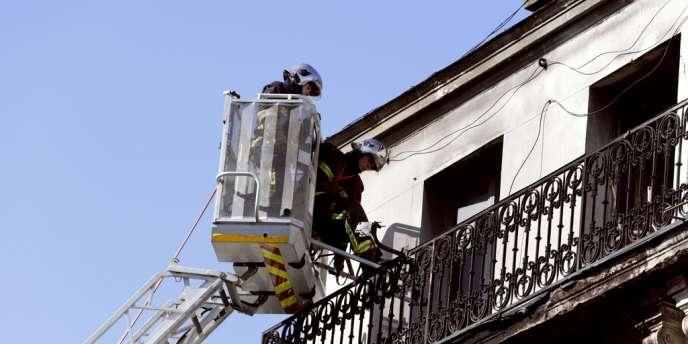 Des pompiers après l'extinction de l'incendie qui a ravagé l'immeuble du 39 rue Gabriel Péri à Saint-Denis, le 9 septembre 2012.