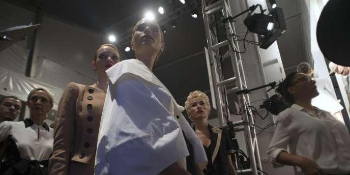 Responsabiliser le monde de la mode pour la rendre plus éthique, telle est l'ambition de Stand up for Fashion (Stuff), lancée mercredi 24 octobre à New York. (Ici dans les coulisses du défilé Norisol Ferrari en septembre 2010.)
