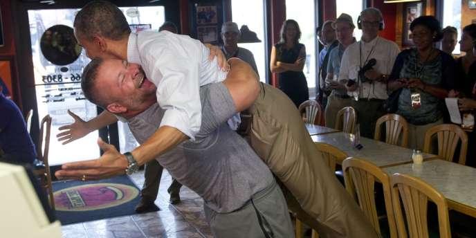 Barack Obama soulevé par Scott le républicain.