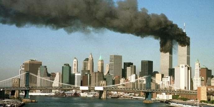 Une épaisse fumée noire se dégage des deux tours du World Trade Center, peu après que celles-ci ont été percutées par des avions de ligne détournés par des pirates de l'air, le 11 septembre 2001, à New York.