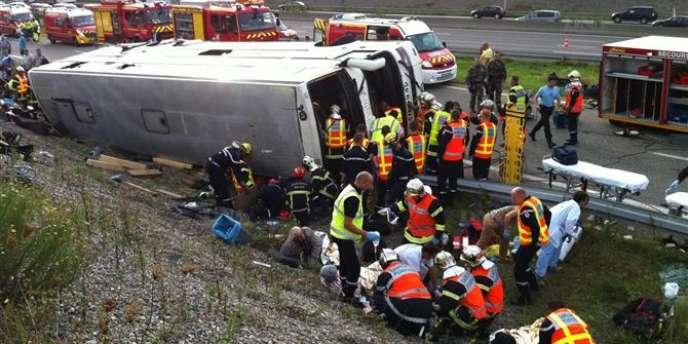 Le car, qui transportait 68 personnes, s'est couché sur le flanc peu après 8 heures mardi 11 septembre dans le fossé de l'autoroute A36 à hauteur de Mulhouse dans le sens Allemagne-Belfort.