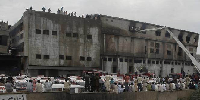 Au moins 289 ouvriers ont péri mardi soir dans l'incendie de leur usine textile, un vaste bâtiment plein à craquer qui n'avait ni sortie de secours ni ventilation adéquate.
