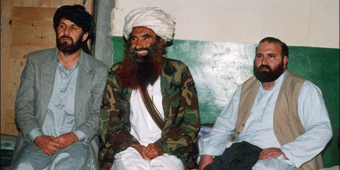 Jalaluddin Haqqani (au centre), entouré par Amin Wardak (à gauche) et Abdul Haq, deux anciennes figures de proue de la résistance afghane aux Soviétiques, le 2 avril 1991 à Miranshah, au Pakistan.