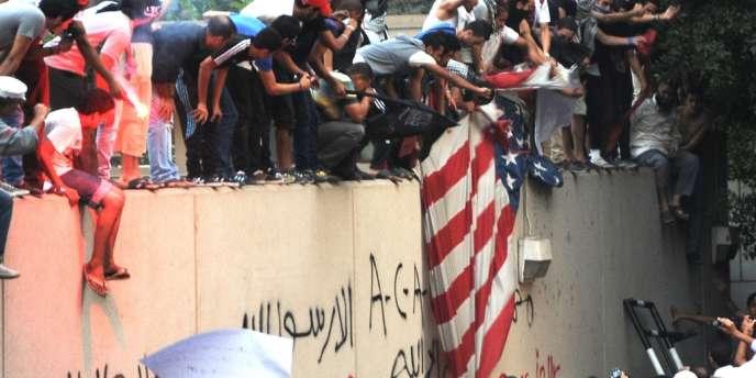 Des Egyptiens ulcérés par un film insultant à leurs yeux l'islam s'attaquent au drapeau américain au Caire, le 11 septembre.