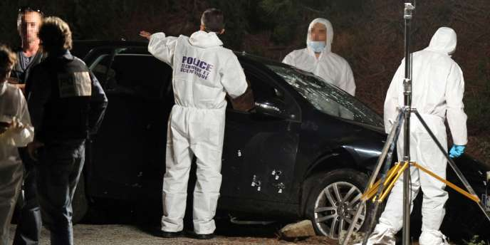 Des policiers sur la scène du crime, le 11 septembre 2012, sur la commune de Castirla, près de Corte au coeur de la Corse, où les familles Mattei et Costa s'entre-tuent après avoir pactisé dans le gang de la Brise de mer.