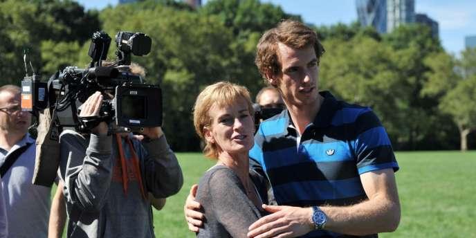 Andy Murray et sa mère Judy, sur la pelouse de Central Park à New York, mardi 11 septembre, après sa victoire à l'US Open.