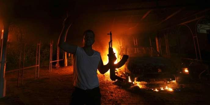 Un homme armé dans les locaux du consulat américain à Benghazi, le 11 septembre 2012.