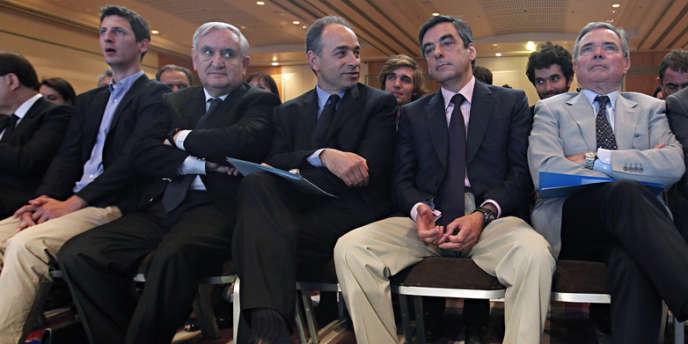 Jean-Pierre Raffarin, Jean-Francois Copé, François Fillon, Bernard Accoyer, Claude Guéant et Christian Jacob (de gauche à droite), lors d'un meeting à Paris, le 26 mai.