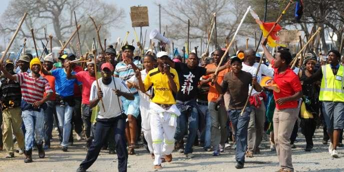 Des milliers de mineurs employés par le géant Anglo American se sont réunis jeudi pour demander une hausse des salaires.