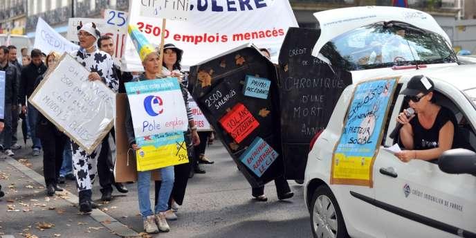 Plusieurs dizaines de salariés du Crédit immobilier de France (CIF) manifestent, le 11 septembre 2012, devant l'agence de Nantes, pour sauver leur entreprise, deux jours avant un rassemblement national de salariés à Paris.