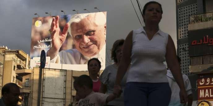 Une affiche annonçant l'arrivée du pape à Beyrouth.