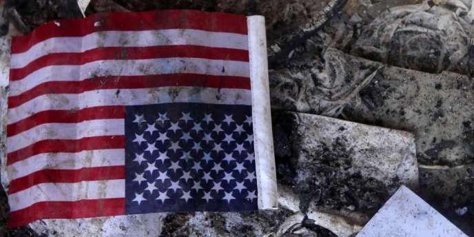 Un drapeau américain sur le sol du consulat à Benghazi, le 12 septembre 2012.