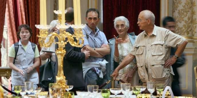 Des touristes visitent la salle à manger Napoléon III du Palais de l'Elysée, à Paris, lors  des Journées du patrimoine.