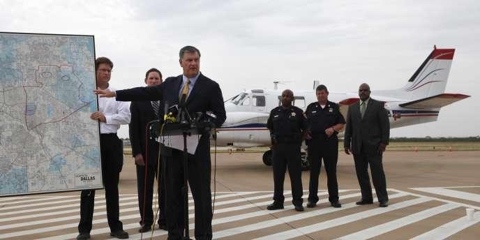 Le maire de Dallas explique le déroulement d'une opération d'épandage d'insecticide pour lutter contre les moustiques, vecteur du virus du Nil occidental.