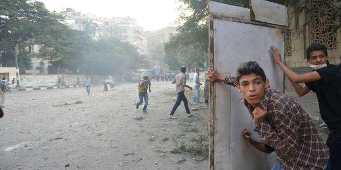 Des manifestants égyptiens protestent, près de l'ambassade américaine au Caire, le 13 septembre, contre un film jugé blasphématoire sur le prophète Mahomet.