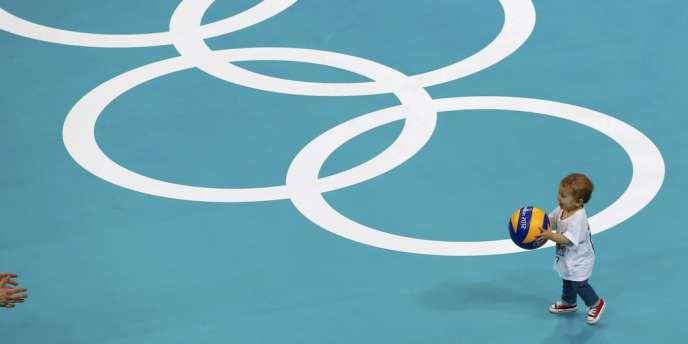 Un petit garçon se prend pour un grand sur le terrain de volley des JO après le match pour la médaille de bronze. Le 12 août.