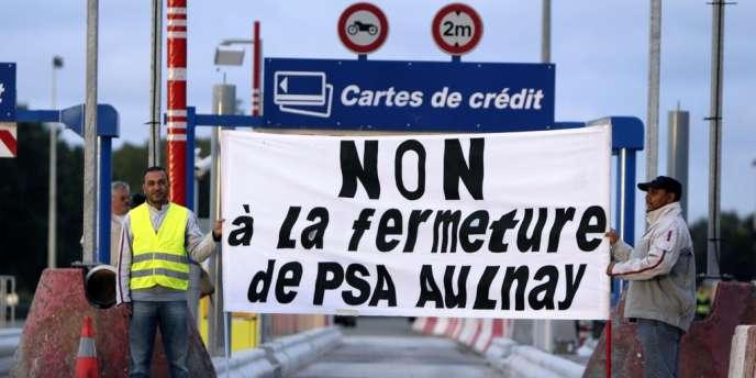 Des employés de PSA Aulnay manifestent au péage de Senlis, le 14 septembre.