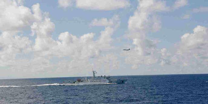 Un des six navires chinois de surveillance survolé par un appareil des gardes-côtes japonais.