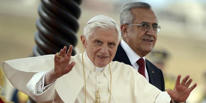 Benoît XVI, à son arrivée au Liban vendredi, avec le président libanais, Michel Sleiman.
