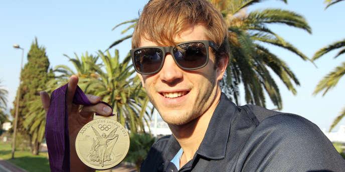 Clément Lefert pose sur la promenade des Anglais à Nice quelques jours après avoir décroché l'or olympique sur le relais 4 x 100 m nage libre à Londres.