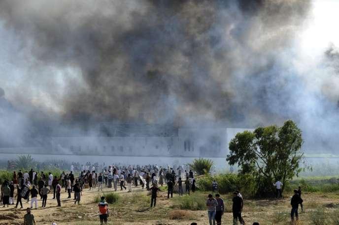 De la fumée s'élève de l'ambassade des Etats-Unis à Tunis après une manifestation contre la vidéo  anti-islam