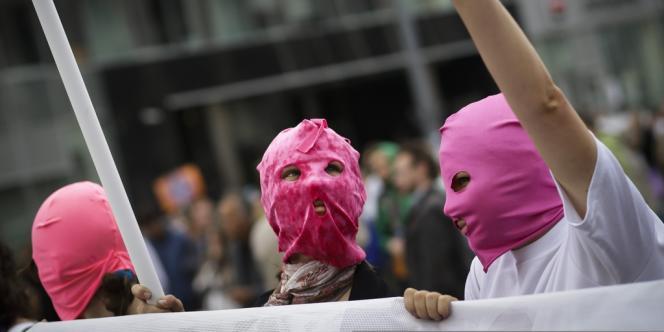 Des manifestants portent la cagoule des Pussy Riot, le 15 septembre à Moscou.