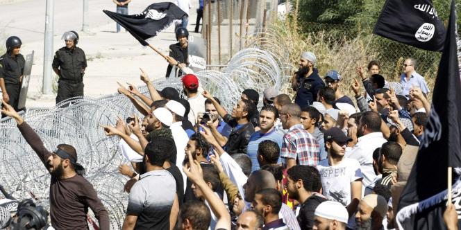 Devant l'ambassade des Etats-Unis, à Tunis, le 14 septembre.