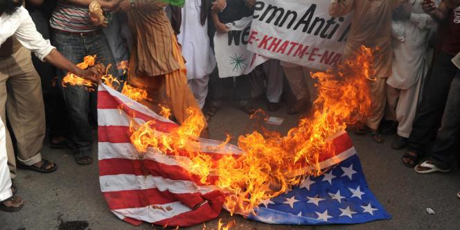 Des manifestants contre le film islamophobe brulent un drapeau américain à Karachi au Pakistan, le 15 septembre.