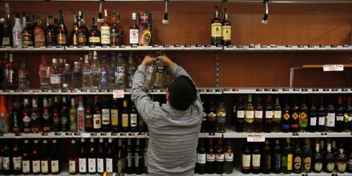 Un commerçant tchèque retire des bouteilles d'alcool fort des rayons de son magasin, à Prague, le 14 septembre.