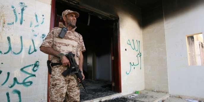 Un soldat libyen garde l'entrée du consulat américain brulé à Benghazi, le 14 septembre.