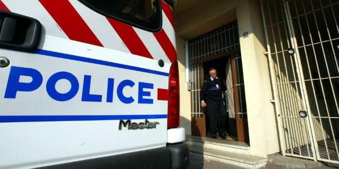 Devant le commissariat de Wittenheim, dans la banlieue de Mulhouse.