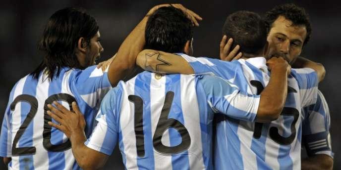 Les Argentins Sergio Aguero et Javier Mascherano font partie des 444 joueurs dont les transferts vers des clubs, en majorité européens, font l'objet d'une enquête pour évasion fiscale.