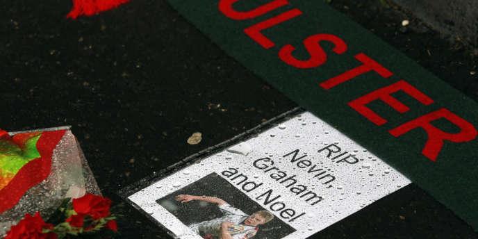 Des passants saluent la mémoire du joueur de l'Ulster mort asphyxiés dans une fosse à purin, dimanche 16 septembre.
