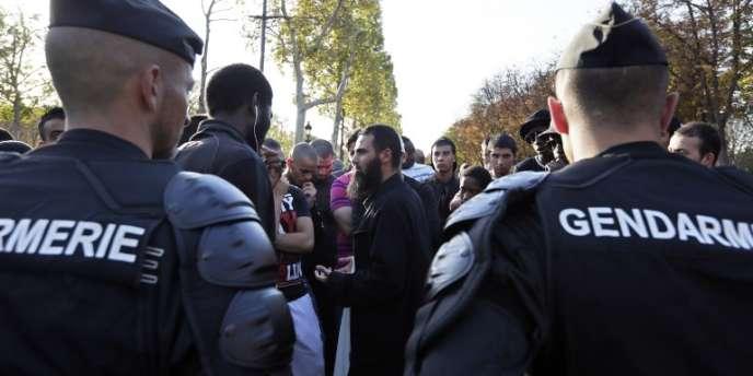 Manifestants près de l'ambassade américaine à Paris, le 15 septembre.