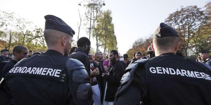 Manifestants et gendarmes à proximité de l'ambassade des Etats-Unis à Paris, samedi 15 septembre.