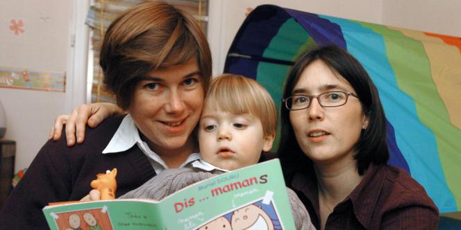 Karine (à droite) et Elodie avec leur enfant, le 23 janvier 2006 dans leur maison d'Arthon-en-Retz.