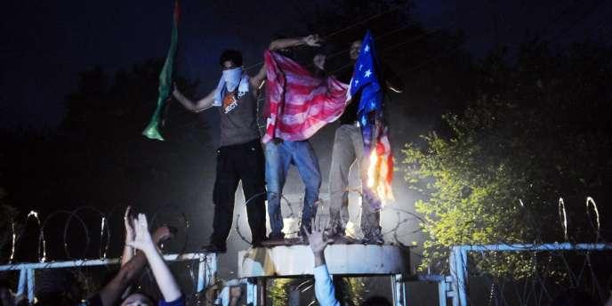 Manifestant déchirant le drapeau du consulat américain de Lahore, au Pakistan, le 17 septembre 2012.