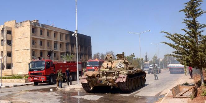 Un blindé de l'armée syrienne à proximité d'un centre de recherche scientifique à Alep, après une attaque de l'ASL, le 17 octobre 2012.