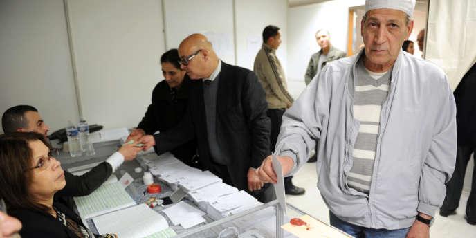 Des Algériens résidant en France votent, le 8 mai à Bobigny, pour les législatives algériennes.