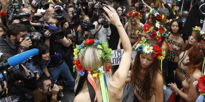 Face à la quinzaine de militantes des Femen, des journalistes en très grand nombre étaient venus couvrir l'inauguration du premier centre parisien des activistes, mardi 18 septembre.
