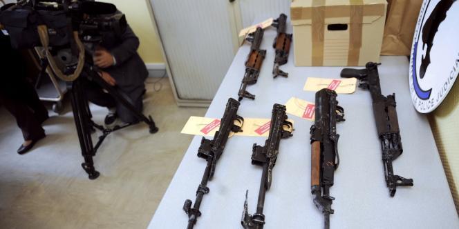 La saisie de six fusils d'assaut par les douanes de Metz, montrée à la presse, mardi 18 septembre.